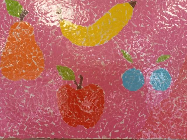 Na obrazku znajdą się owoce - banan, gruszka, dwie śliwki - jest to praca plastyczna wykonana techniką wydzierania z papieru kolorowego