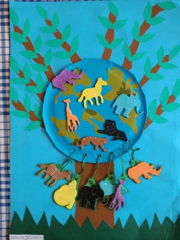 Grafika przedstawia pracę konkursową, na którym jest drzewo ze zwierzętami